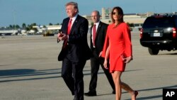 El presidente Donald Trump camina con la primera dama Melania Trump al llegar al aeropuerto internacional de Palm Beach en West Palm Beach, Florida. La agenda la realizará el mandatario estadounidenses, mientras se encuentra en la lujosa residencia y club Mar-a-Lago, en Palm Beach.