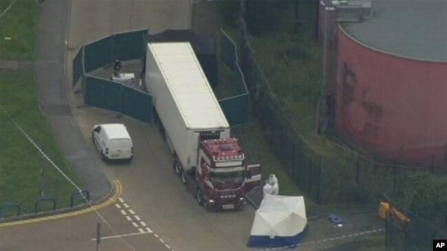 El camión estaba estacionado en un área industrial cerca de Londres. (Foto AP)