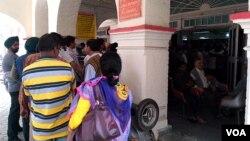 2016年 11月10日,印度民众在邮局排队兑换小额纸币。(美国之音朱诺拍摄,2016年11月10日)