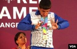 印度自闭症男孩背后有母亲支撑(美国之音国符拍摄)