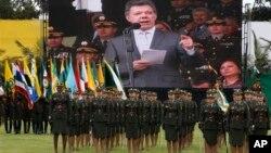 후안 마누엘 콜롬비아 대통령이 21일 보고타에서 열린 경찰 진급식에서 참석한 가운데, 살해당한 미국 마약 단속국 요원의 죽음을 애도했다.