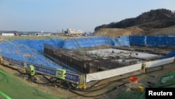 Konstruksi arena es Gangneung yang akan dipakai untuk Olimpiade musim dingin di PyeongChang, Korsel (foto: dok).