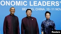 美国总统奥巴马与中国国家主席习近平及夫人彭丽媛在北京举行的欢迎宴会上合影。