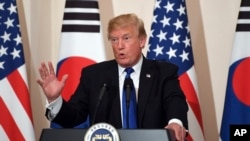 Le président Donald Trump parle lors d'une conférence de presse avec le président sud-coréen à Séoul, le 7 novembre 2017.