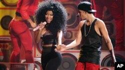 Justin Bieber, derecha, y Nicki Minaj actúan durante el 40 Aniversario de los American Music Awards, en Los Angeles.