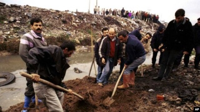 Plainclothes policemen and workers recover the remains of a missing person killed by radical islamic guerrillas, from a site in the southern Turkish city of Adana (File Photo)