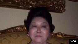 Imelda Marcos, janda Ferdinand Marcos, berkampanye memperjuangkan penghargaan negara bagi mantan diktator Filipina itu.