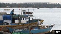 Ngư dân sửa chữa huyền đánh cá tại tỉnh Quảng Ngãi, Việt Nam