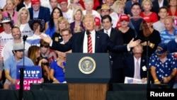 Prezidan ameriken an, Donald Trump pandan li tap pale ak patizan li yo nan Phoenix, Arizona. 22 out 2017.