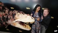 """Glumci Tija Sirkar i Skajler Stoun na promociji filma """"Šetnja sa dinosaurusima"""" u Los Andjelesu, 12. decembra 2013."""