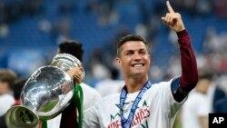 Cristiano Ronaldo célébrant la victoire de son pays, le Portugal, face à la France à l'issue de la finale du match comptant pour l'Euro 2016 au Stade de France à Saint-Denis, au nord de Paris, le dimanche 10 juillet 2016. (Photo AP/Martin Meissner)