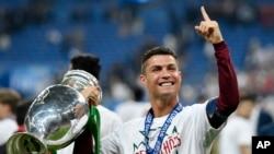 Ronaldo et le trophée de l' Euro 2016 de la finale Portugal France, le 10 juillet 2016.