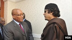 Presiden Afrika Selatan Jacob Zuma (kiri) saat bertemu pemimpin Libya, Moammar Gadhafi di Tripoli (30/5).