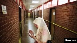 一名波斯尼亞穆斯林婦女在奧馬爾斯卡集中營為亡者祈禱(資料圖片)