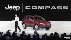 Mike Manley, Direktur merek Jeep milik Chrysler, memamerkan model terbaru Jeep Compass dalam Pameran Otomotif 2011 di Detroit.