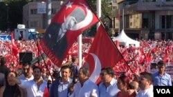 Những người biểu tình tại quảng trường Taksim Square vẫy các lá cờ có hình chân dung ông Mustafa Kemal Ataturk, người sáng lập nước Cộng hòa Thổ Nhĩ Kỳ Cộng, ngày 24 tháng 7 năm 2016.