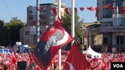 Người biểu tình ở Quảng trường Taksim mang cờ có hình ông Mustafa Kemal Ataturk, người được tôn sùng là lãnh tụ sáng lập nước Cộng hòa Thổ Nhĩ Kỳ hiện đại (ngày 24/7/2016).