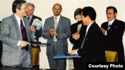 북한 정부 대표와 함께 국제리더 양성 프로그램 계약서에 사인하는 펠릭스 압트 씨(왼쪽).