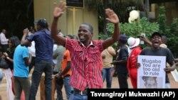 Jimareke Zîmbabwî karvekişîna Mugabe pîroiz dikin