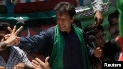 Politisi dan mantan bintang kriket Pakistan, Imran Khan dirawat di rumah sakit setelah terjatuh saat berkampanye (foto: dok).