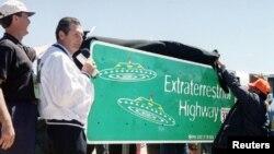 1996年4月18日內華達州州長米勒為375 號公路上的新路標揭幕,據說當地經常看到不明飛行物