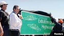 1996年4月18日内华达州州长米勒为375 好告诉公路上的新路标揭幕,据说当地经常看到不明飞行物