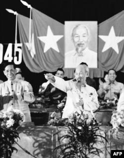 Chủ tịch Hồ Chí Minh và Bí thư thứ nhất Lê Duẩn cùng với những quan chức cao cấp khác mừng ngày quốc khánh 2 tháng 9, 1966 t5i Hà Nội.