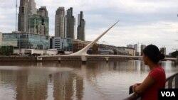 Viviana posa frente al Puente de la Mujer, en Buenos Aires, a dos meses de que nazca su bebé.