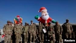 Pasukan NATO di Afghanistan (ISAF) berfoto bersama dalam perayaan Natal di Pangkalan Udara Militer di Bagram, utara Kabul (25/12).