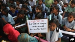 Anak-anak sekolah di Hyderabad berpartisipasi dalam pawai untuk memperingati Hari Toilet Sedunia pada tahun 2014.