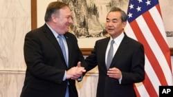美國國務卿蓬佩奧(左)10月8日星期一在北京與中國外交部長王毅(右)會談。