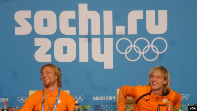 Dutch twin brothers Michel (left) and Ronald Mulder at a news conference following Michel's gold medal victory in the 500-meter speed skating event and Ronald's bronze medal victory in the same event, Sochi, Feb. 11. (Parke Brewer/VOA)