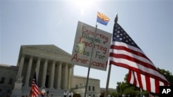 Para pendukung UU imigrasi Arizona unjuk rasa di depan Mahkamah Agung AS di Washington DC saat berlangsungnya dengar pendapat soal UU Imigrasi Arizona (25/4)