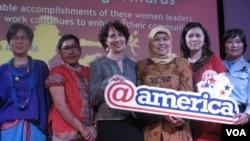 Wakil Duta Besar Amerika Serikat untuk Indonesia Kristen F. Bauer (ketiga dari kiri) untuk Indonesia bersama lima perempuan Indonesia yang mendapat penghargaan dari Kedubes AS. (VOA/Andylala Waluyo)