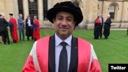 راحت فتح علی خان ڈاکٹریٹ کی اعزازی ڈگری وصول کرنے کے بعد