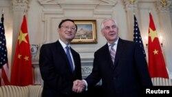 Ngoại trưởng Hoa Kỳ Rex Tillerson bắt tay Ủy viên Quốc vụ viện Trung Quốc Dương Khiết Trì.