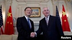 렉스 틸러슨 미국 국무장관(오른쪽)이 지난 2월 워싱턴을 방문한 양제츠 중국 외교담당 국무위원과 회담에 앞서 악수하고 있다.