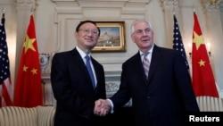 렉스 틸러슨(오른쪽) 미 국무장관과 양제츠 중국 외교담당 국무위원이 28일 워싱턴 DC 국무부 청사에서 회담에 앞서 악수하고 있다.