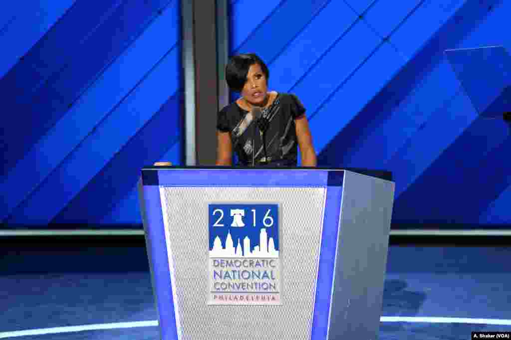 Baltimore Mayor Stephanie Rawlings-Blake calls for delegates to vote on the second day of the Democratic National Convention in Philadelphia, July 26, 2016. (A. Shaker/VOA)