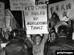 美國民眾在卡特家鄉亞特蘭大抗議鄧小平訪美(Getty Image)