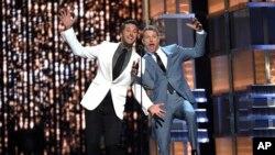 Luke Bryan (izquierda) y Dierks Bently tuvieron a su cargo la animación de la entrega de premios ACM en Las Vegas, Nevada, EE.UU., el domingo, 2 de abril, de 2017.