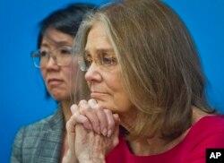 前往朝鲜参加国际国际妇女和平与裁军日的美国女权倡导者格洛丽雅.斯坦尼姆(中)