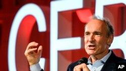 L'informaticien anglais Tim Berners-Lee, mieux connu comme l'inventeur du World Wide Web, prononce un discours lors d'un événement au CERN à Meyrin près de Genève, en Suisse, le mardi 12 mars 2019 marquant les 30 ans du World Wide Web. (AP/ Fabrice Coffrini / Piscine, Keystone)