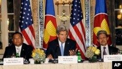 Ngoại trưởng Hoa Kỳ John Kerry (giữa) chủ tọa cuộc họp Ngoại trưởng các nước ASEAN tại New York 27/9/13