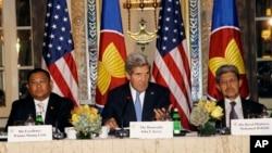 美國國務卿克里(中)與東盟國家外長在紐約會面。