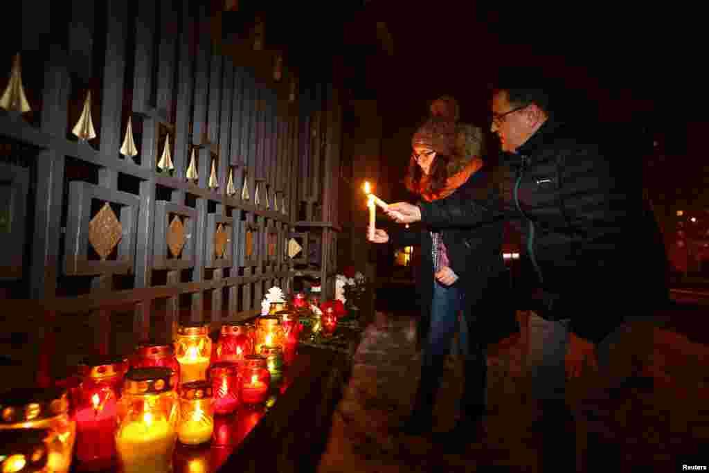 روس میں یوم سوگ کے موقع پر سوگواران نے جنوبی روس کے ایئرپورٹ سوچی کے مقام پر شمعیں روشن کیں۔