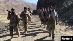 Các chiến binh chống Taliban ở Thung lũng Panjshir, Afghanistan ngày 25/8/2021 (ảnh được bên thứ ba cung cấp, trích từ video của Aamaj News Agency qua Reuters)