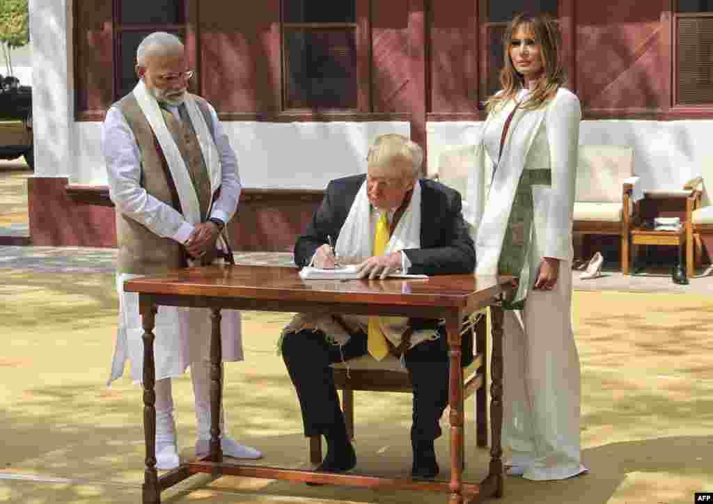 صدر ٹرمپ اپنی اہلیہ اور وزیرِ اعظم نریندر مودی کے ہمراہ بھارت کے بانی رہنما موہن داس کرم چند گاندھی کی رہائش گاہ ' گاندھی آشرم' پہنچے اور وہاں رکھی گئی مہمانوں کی کتاب میں اپنے تاثرات قلم بند کیے۔