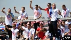 Timnas sepak bola Kroasia menaiki kendaraan terbuka di Bandara Internasional Zagreb, setelah kembali dari turnamen Piala Dunia 2018 di Rusia, 16 Juli 2018.