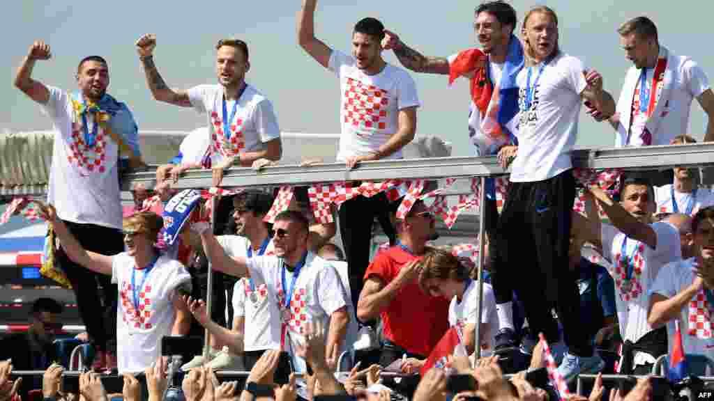克羅地亞國家足球隊返抵薩格勒布機場後乘坐開蓬車巡遊慶祝。